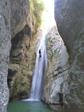 la grande cascade de 25m du riou de pierrefeu