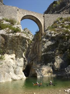 Passage sous un vieux pont dans la première partie de Riolan
