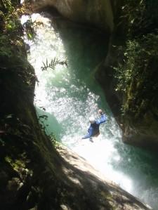 superbe saut au soleil dans une eau claire dans la maglia