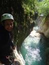 saut dans maglia dans un beau bassin d'eau verte