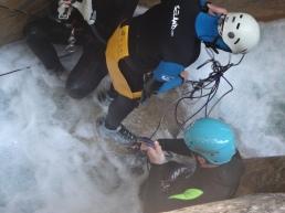 Pendant que nous faisons du canyon, d'autres font des noeuds, faire appel à un pro c'est éviter ça!!