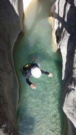 saut dans un bassin d'eau claire proche entrevaux